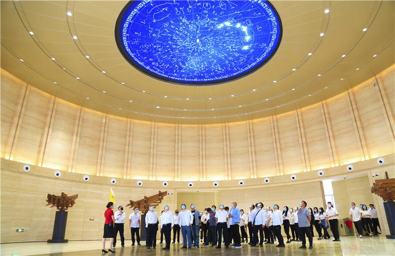 2020中秋来临之际,中天六建机关150余名员工参观学习中国建筑科技馆,共同探索建筑之美。