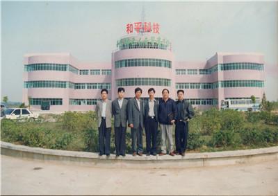 中天六建在汉首个项目和平绿色大世界项目前,六建首批创业者合影留念