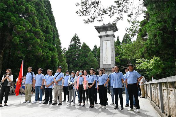 黄洋界纪念碑下朗诵毛泽东《西江月井冈山》.jpg