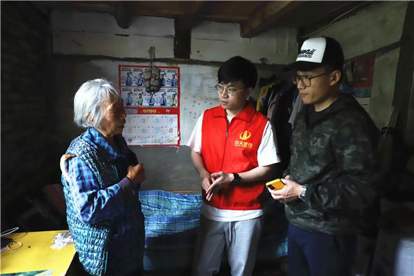 中天志愿者走进大山,走访了解受助学生家庭情况.jpg